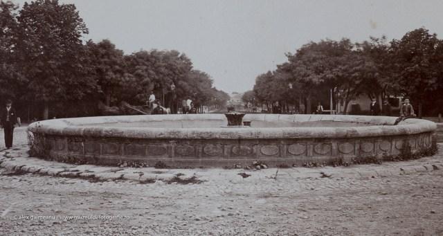 Detaliu - Fantana rotunda inconjurata de oameni.