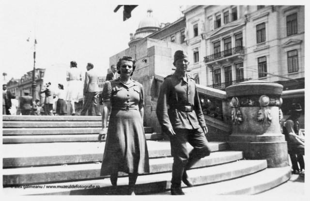 Pe treptele Cercului Militar, in fundal vedem Hotelul Bulevard.