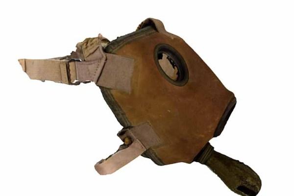 """Masca de aparare împotriva gazelor de luptă asfixiante. Modelul din 1940 aparține Muzeului Militar Național """"Regele Ferdinand I""""."""