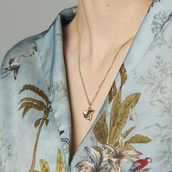 Colgante en oro y joya artesanal en oro del compositor strauss sobre la obra el danubio azul.