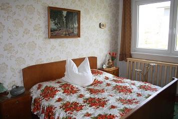 Auch das Schlafzimmer ist komplett im DDR-Look