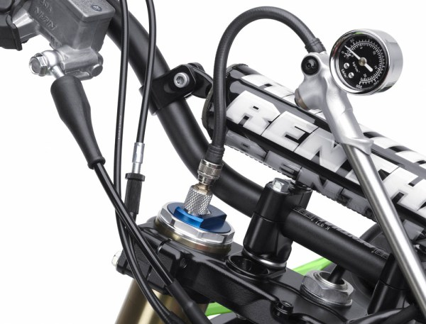 kx450fdf_40001_d2_rgb_front-fork-air-pressure-management-tool-1