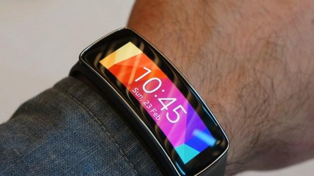 Samsung เปิดตัวของเล่นใหม่คนรักฟิตเนส Samsung Gear Fit ในงาน MWC 2014