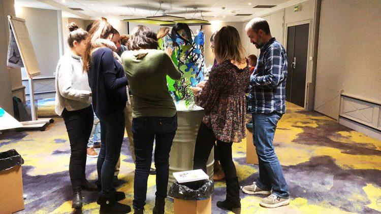 un groupe en pleine activité créative autour du totem art MYARTBOX à Grenoble