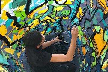 une femme peint à l'intérieur d'un cylindre géant
