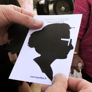 Image d'un animation portrait appelé silhouette de femme découpé sur du papier noir par un artiste my art box lors d'un mariage