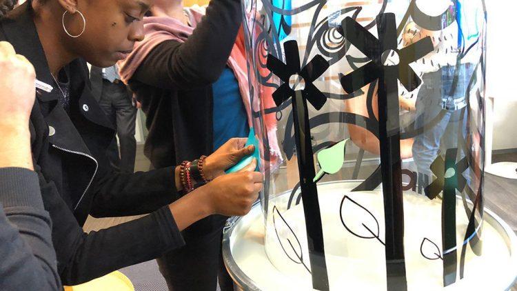 exemple d'équipe créative en salle de créativité en activité totem box synergie