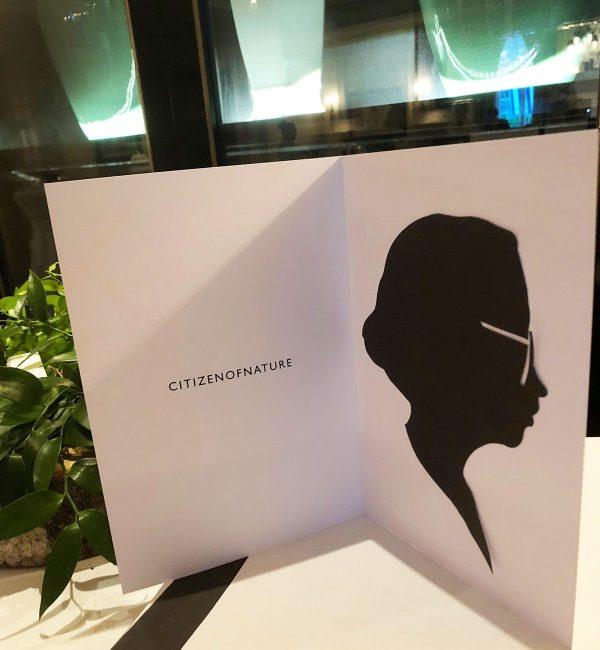 un portrait aux ciseaux découpé dans du papier noir et collé dans une pochette personnalisée s'appelle animation protrait silhouette et est une idée animation Lyon et toute la France
