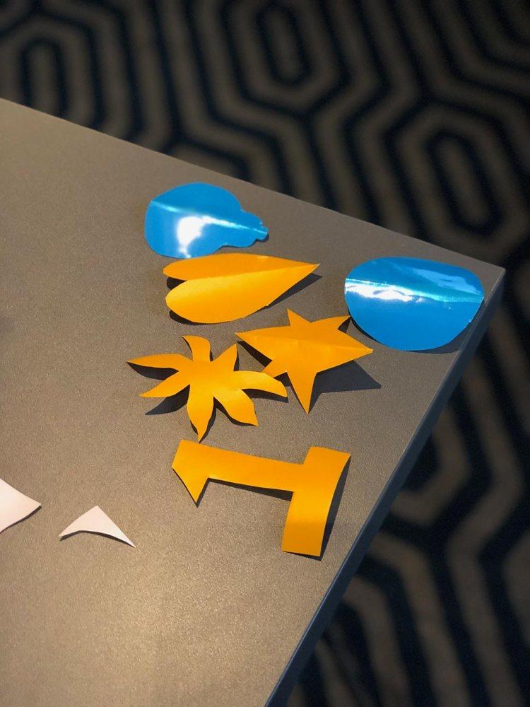 des formes découpées un numéro un une étoile un coeur un rond posés sur une table de team building en entreprise dans un hotel pour un atelier fresque plexi myrartbox