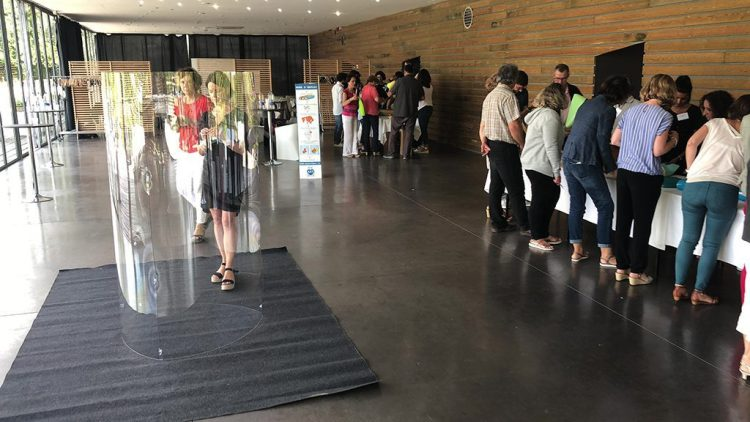 Tube totem plexi transparent avant un team building artistique en démonstration sur le salon préventica