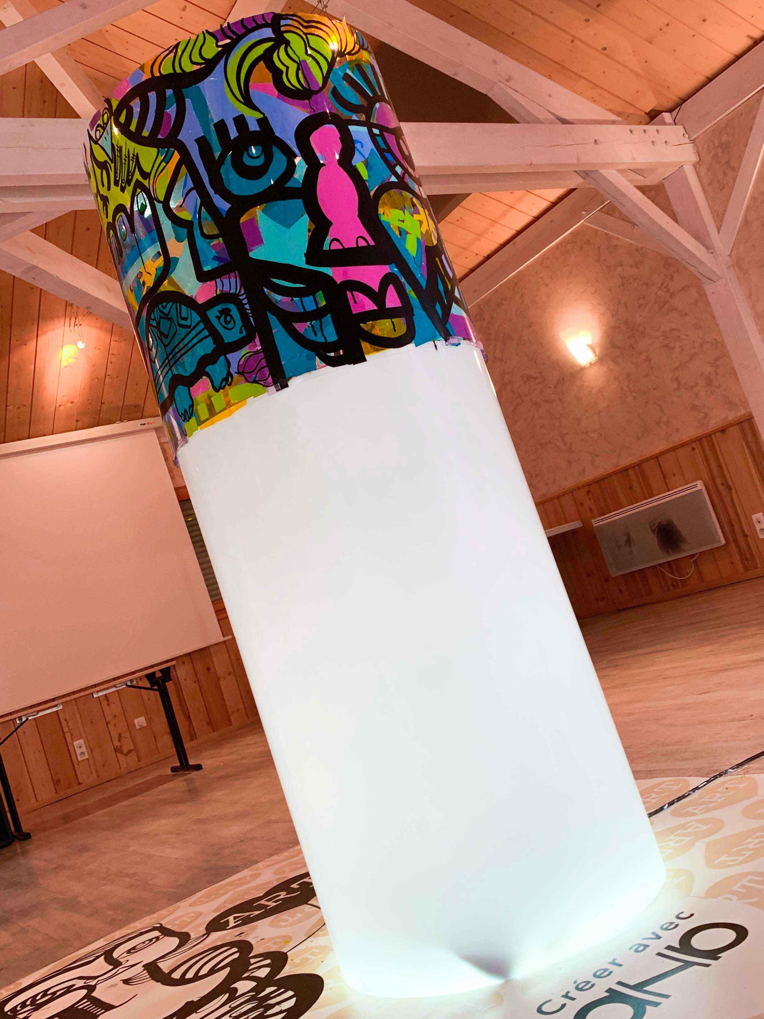 Totem plexi art Tube Néon aNa My Art Box en animation Team building Jura pour l'agence AMT organisation
