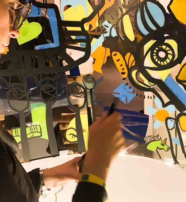 aNa street Graffiti Artiste lors d'une animation Fresque Participative en anniversaire d'entreprise à Lyon