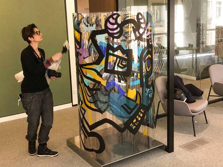 L'artiste aNa règle la présentation d'une œuvre d'art collective réalisée pour la société Talan