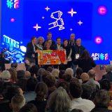Des lauréats sur scène reçoivent un Trophée Totem Box small Idée remise de prix originale ou cadeau anniversaire atypique
