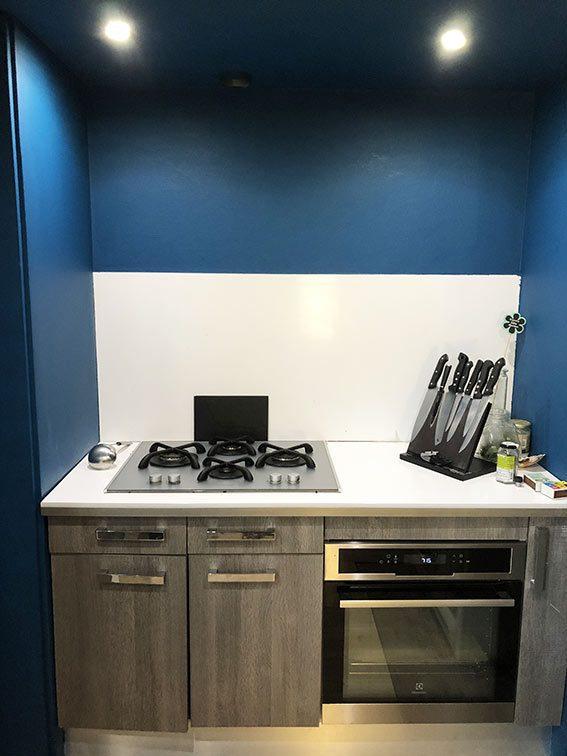 Point Chaud couleur Bleu Canard avec électroménager de Grande Marque dans cuisine de Maison et Bureaux à Vendre à Couzon-au-Mont-d'Or Monts d'Or Lyon Nord