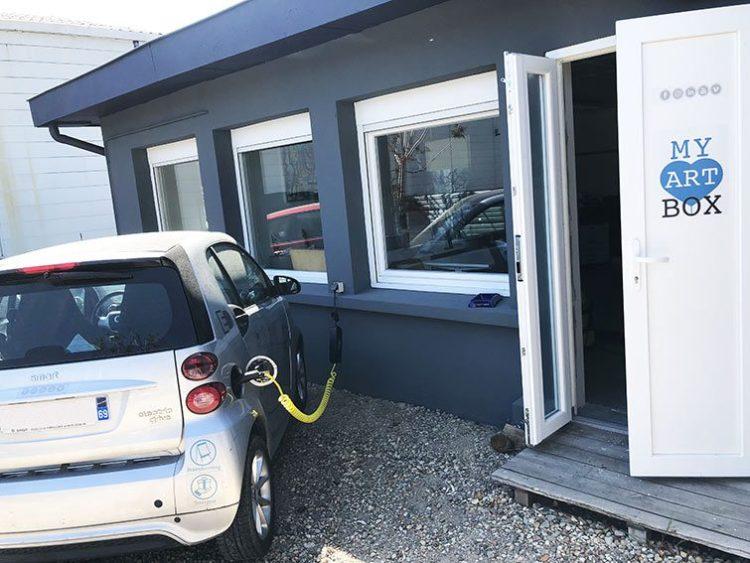 Borne de Recharge de Voiture électrique devant bureaux à vendre à Couzon-au-Mont-d'Or Monts d'Or Lyon Nord.