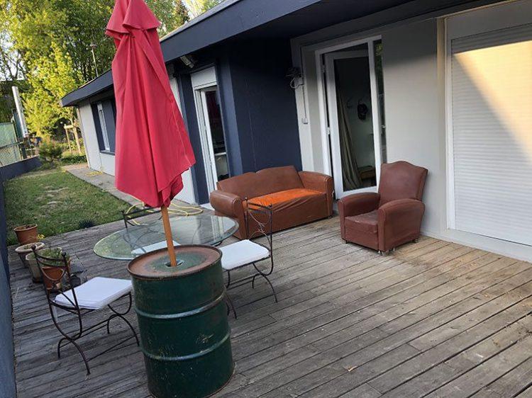 Terrasse Bois Ouest avec coin repas et détente dans Bureaux et Habitation à vendre situés au 1 rue Saint Léonard 69270 Couzon-au-Mont-d'Or