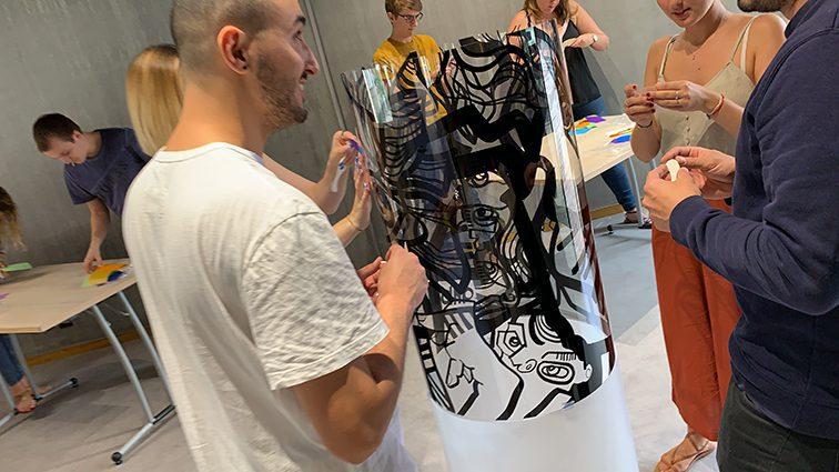Totem box Lyon est une art box Idée de Team building art à Lyon