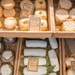 Étalage de fromages sur les marchés du Cap Ferret