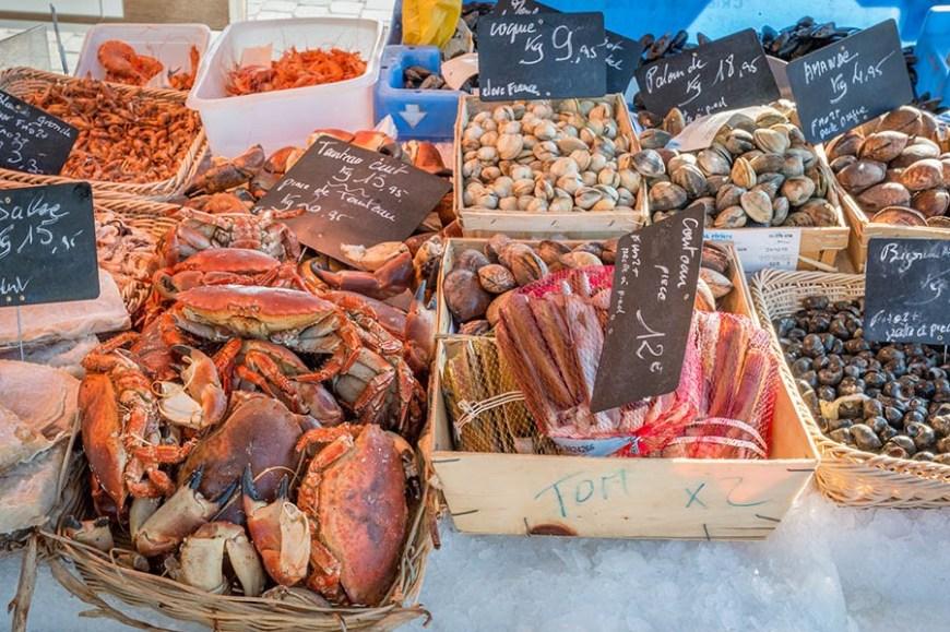 Très bel étalage de fruits de mer d'un poissonnier du marché du Cap Ferret