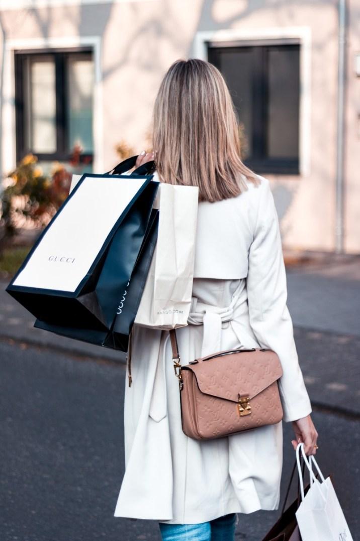 Glamour Shopping Week 2019 Frau mit Einkaufstüten