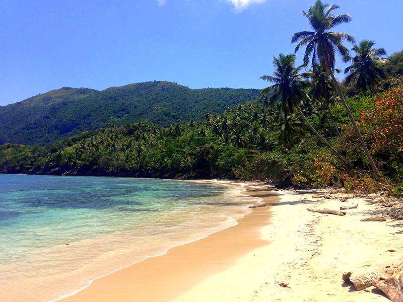 Der abgelegene Strand Playa Ermitano I auf der Halbinsel Samaná in der Dominikanischen Republik