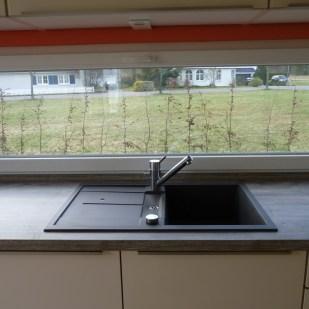 ... einer Spüle vorm Fenster ...