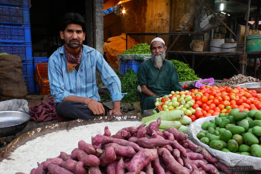 Friendly faces at the market in Bhopal - photo courtesy of Ales Drainville (flickr)