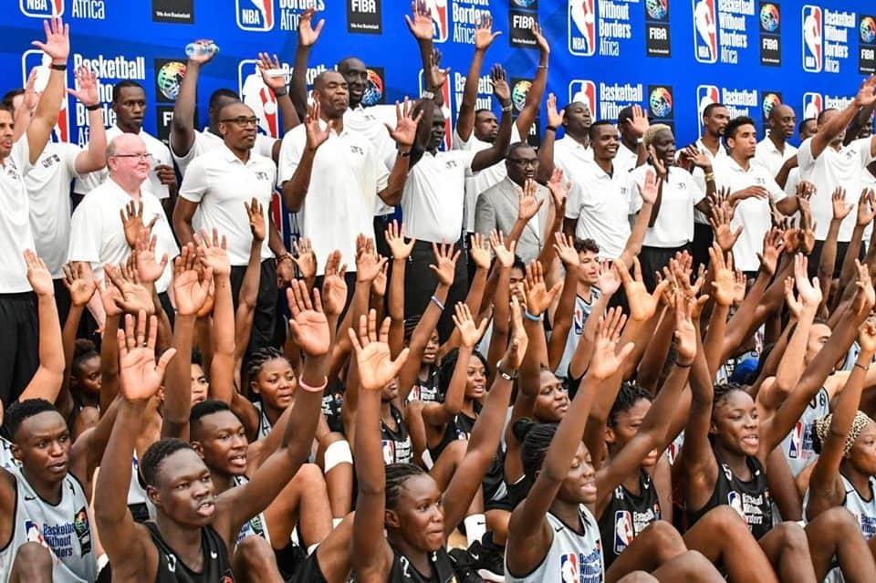 Basketball/ De jeunes basketteurs à l'école de la NBA à Dakar