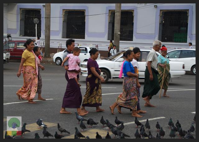 Myanmar Locals crossing to enter Sule Paya - Yangon - Myanmar (Burma)
