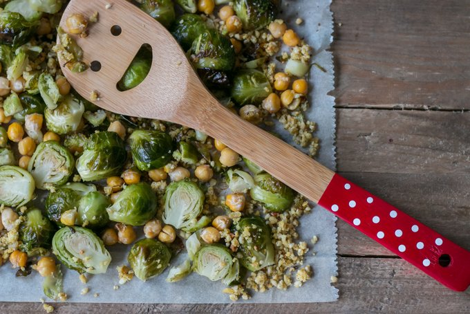 BRUSSELS SPROUTS WITH VEGAN CHEESE CRUMBLE AND CHICKPEAS 3