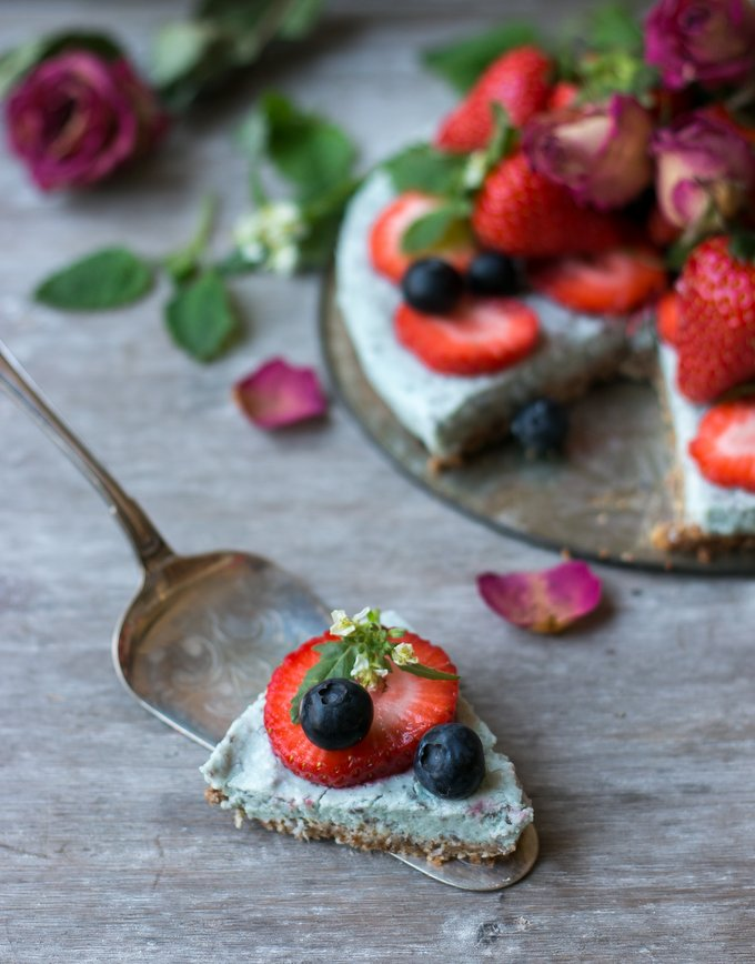 Healthy breakfast chia pudding pie with granola crust. Vegan, gluten free, myberryforest.com