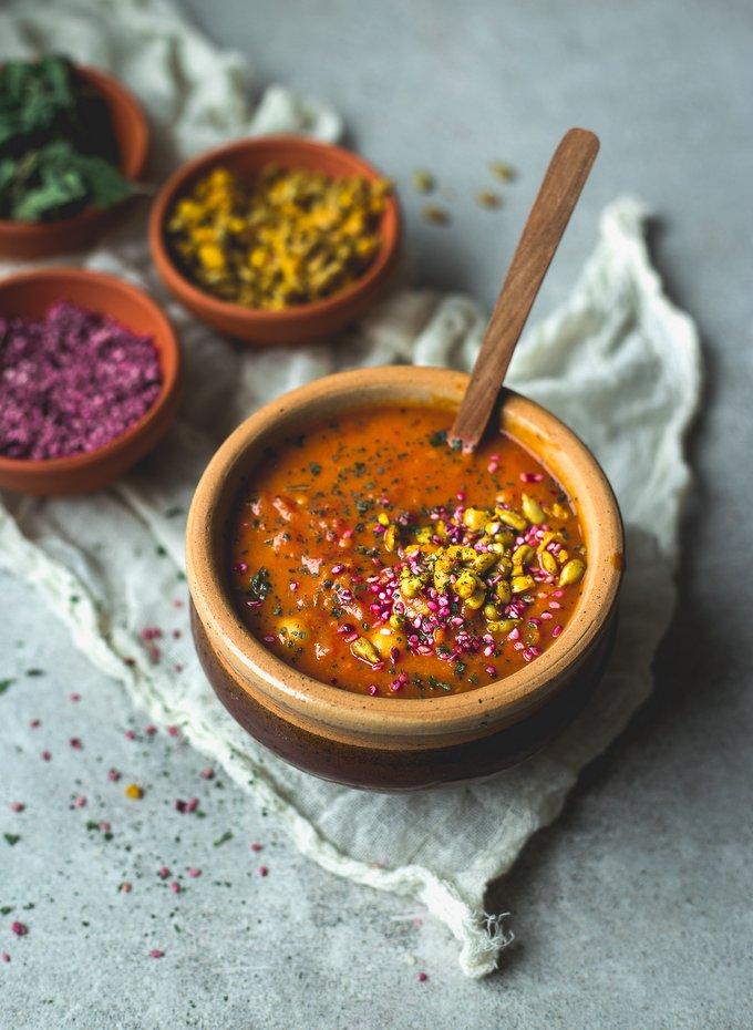 Täyteläinen tomaattikeitto suolaisella strösselillä. Myberryforest.com