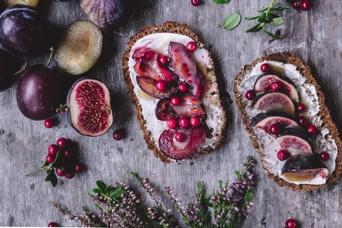Paahdetut hedelmät ja kinuski ruis toast. Myberryforest.com