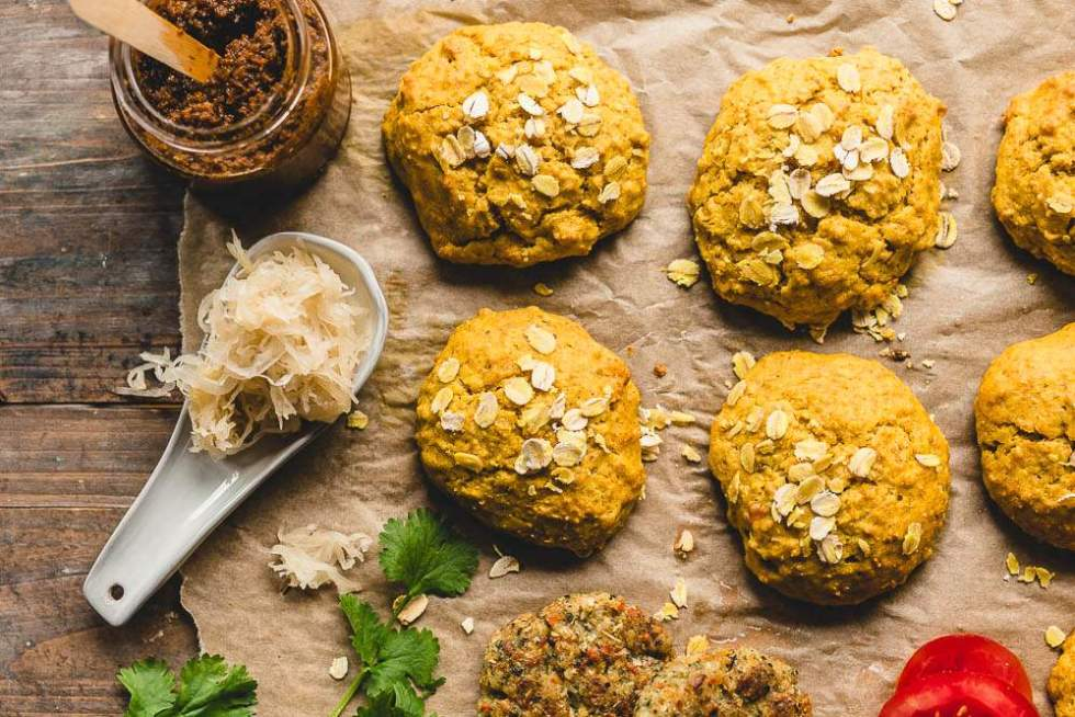 Vegan no-knead cheesy turmeric bread rolls