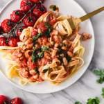 Valkopapu tomaattikastike vegaanisella juustolla