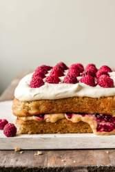 Maapähkinävoi-hillo kakku vaniljavaahdolla