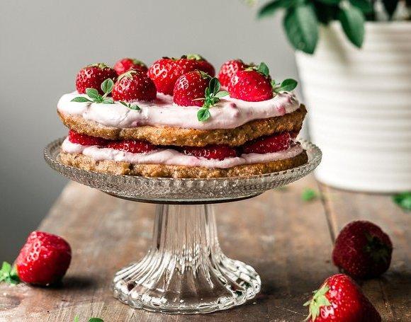 BANANA-SWEETENED STRAWBERRY CAKE