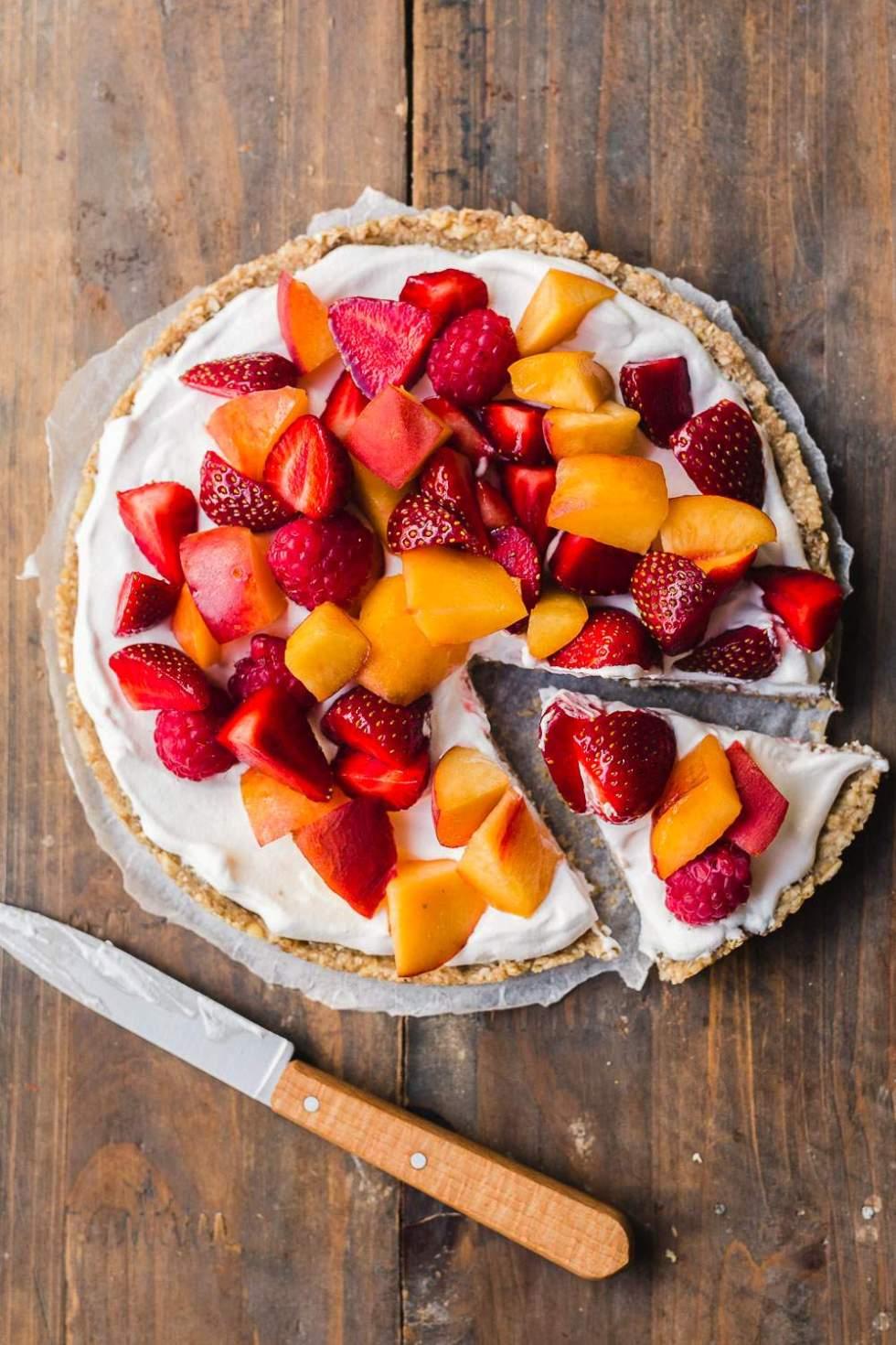 Banana-sweetened vegan no-bake fruit and cream tart
