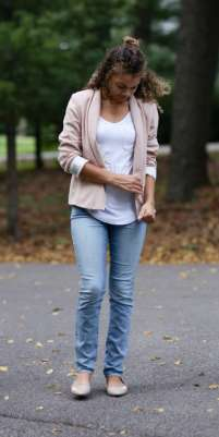 how to wear a light pink blazer. pink blazer with white shirt.