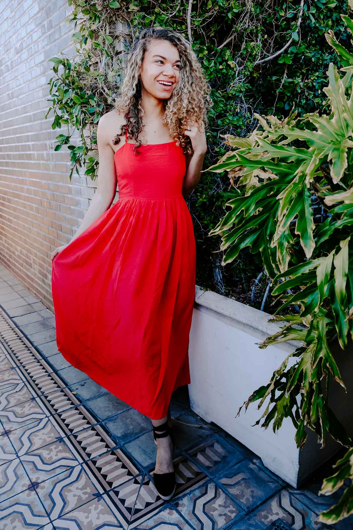 Planning a trip to LA and need to know what to wear? This post has the LA packing essentials that you need for a trip to Los Angeles! This maxi summer dress and espadrille outfit would be perfect to add to your summer outfits!