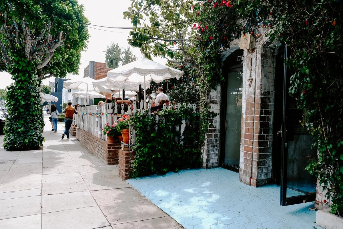 Planning a girl's trip to LA and need ideas on what to do? This chic girl's guide to LA has ideas on what to do, where to eat, where to shop, and where to stay, just to name a few! The Ivy is a celebrity hot spot.