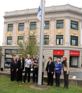 Naugatuck Mayor Robert Mezzo and Vice President of the United Way of Naugatuck and Beacon Falls Board of Directors and Campaign Chairwoman Laurie Yelding raise the American flag and United Way flag in front of Town Hall Oct. 12. Local and state dignitaries and members of the United Way joined in for the flag raising. –LUKE MARSHALL