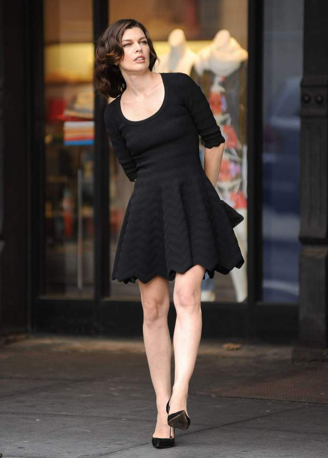 664587772_Milla_Jovovich_on_the_set_of_Avon_advertisment_in_nyc_07_122_596lo.jpg (586 KB)