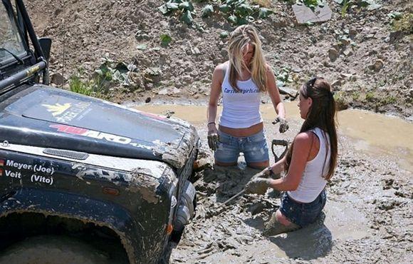 dirty-girls-in-mud.jpg (68 KB)