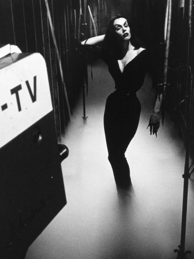 Vampira_hallway_Coffin.jpg (1 MB)