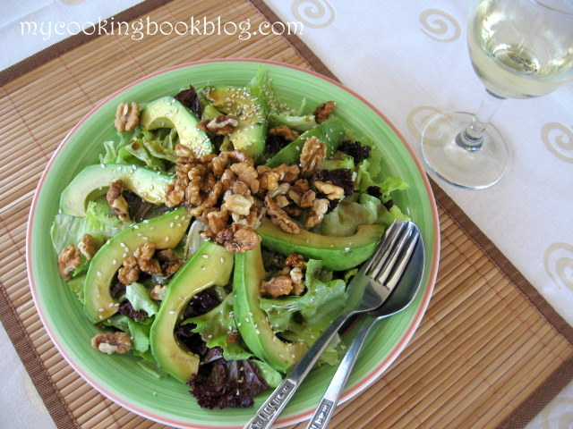 Салата с авокадо, орехи, сусам и заливка от соя сос, сусамово олио и мед