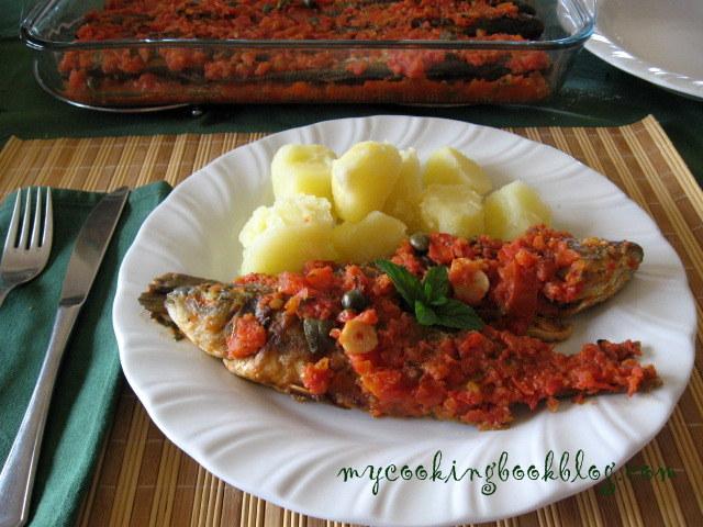 Скумрия на фурна с доматен сос и каперси