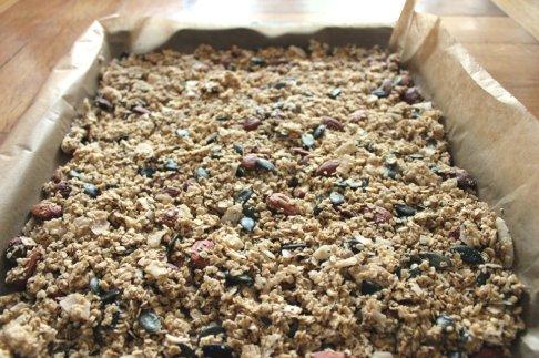 Glutenfreies Müsli auf Blech