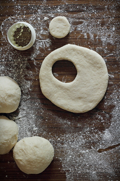Ka'ak dough shaping